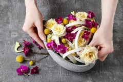 Schritte des Treffens des Blumengestecks Stockbild