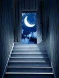 Schritte, die von einem dunklen Keller führen, um die Tür zu öffnen Stockfotos