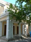 Schritte, die zu den Eingang zum gelben Gebäude mit enormen weißen Spalten und Säulen führen Stockbild