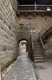 Schritte, die zur Spitze der Wand in Rothenburg-ob der Tauber f?hren stockfotografie