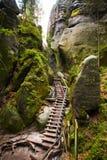 Schritte im einzigartigen Felsenberg Adrspasske skaly im Nationalpark Adrspach, Tschechische Republik Stockfotos