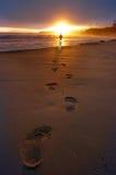 Schritte im Sand lizenzfreie stockbilder