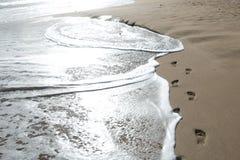 Schritte im Sand Stockbild