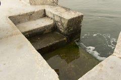 Schritte nahe bei Meer durch Stein Stockfotografie
