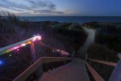 Schritte setzen nachts, Nantucket auf den Strand stockfoto