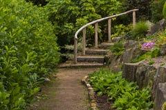 Schritte zu einem Steingarten. Lizenzfreies Stockbild