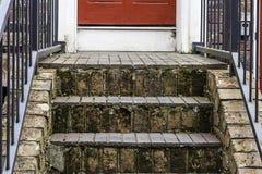 Schritte zu einer roten Tür Lizenzfreie Stockfotos