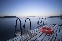 Schritte zum Meer und zum Rettungsring Stockfotografie