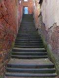 Schritte zur blauen Tür Stockbild