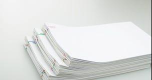 Schrittstapel-Papierplatz auf weißer TabellenZeitspanne stock footage