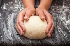 Schrittweise Vorbereitung des Brotes Französisches Stangenbrot Formung ` Endstück des Drache ` Lizenzfreies Stockbild