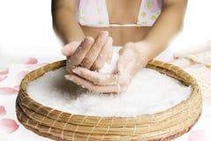 Schrob handen met zout stock afbeeldingen