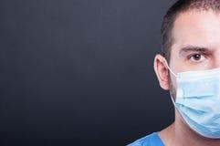 Schrobt het close-up halve gezicht van dokter het dragen en steriel masker royalty-vrije stock afbeelding