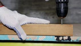 Schroef de schroef van het houten blok los Demonteer het meubilair stock videobeelden