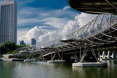 Schroefbrug bij zonlicht met wolken op de achtergrond in Singap Stock Afbeeldingen