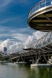 Schroefbrug bij zonlicht met wolken op de achtergrond in Singap Royalty-vrije Stock Afbeeldingen