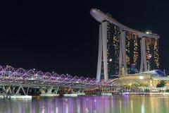 Schroefbrug en hotel Marina Bay Sands in Singapore bij nacht Stock Foto's