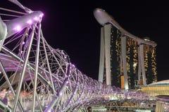 Schroefbrug en hotel Marina Bay Sands in Singapore bij nacht Royalty-vrije Stock Afbeeldingen