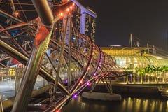 Schroefbrug en Marina Bay Sands-hotel, stedelijke horizon van Singap Stock Foto's