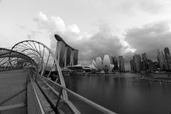 Schroefbrug en Singapore Marina Bay Signature Skyline in zwart-witte foto Stock Foto