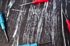 Schroevedraaiers aan reparatie die op de lijst liggen Mensen` s huishoudelijk werk fix stock fotografie