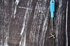 Schroevedraaiers aan reparatie die op de lijst liggen Mensen` s huishoudelijk werk fix stock afbeelding