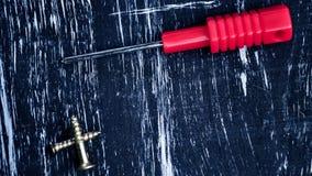 Schroevedraaiers aan reparatie die op de lijst liggen Mensen` s huishoudelijk werk fix stock foto's