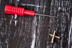 Schroevedraaiers aan reparatie die op de lijst liggen Mensen` s huishoudelijk werk fix stock foto