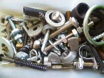 Schroeven, bouten, noten en wasmachines in de garage Stock Foto