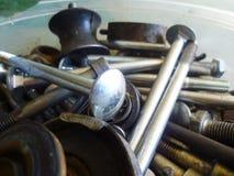 Schroeven, bouten, noten en wasmachinesclose-up in de garage stock foto