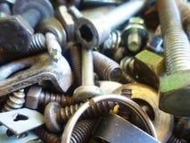 Schroeven, bouten, noten en wasmachinesclose-up in de garage royalty-vrije stock fotografie