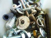Schroeven, bouten, noten en wasmachinesclose-up in de garage royalty-vrije stock foto's