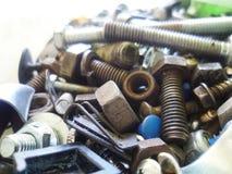 Schroeven, bouten, noten en wasmachinesclose-up in de garage royalty-vrije stock afbeelding