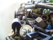 Schroeven, bouten, noten en wasmachinesclose-up in de garage Stock Fotografie