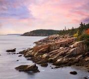 Schroffe Acadia-Seeküste Stockbilder