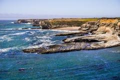 Schroffe Küstenlinie des Pazifischen Ozeans und stillstehende Hafendichtungen, Wilder Ranch State Park, Santa Cruz, Kalifornien stockbild
