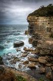 Schroffe Küstenlinie am Tasman-Bogenluftloch, nahe Port Arthur T stockbild