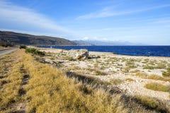 Schroffe Küstenlinie von Baracoa in Kuba stockfotos