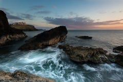 Schroffe kornische Küstenlinie mit Wellenbewegung lizenzfreies stockbild
