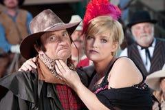 Schroffer Cowboy und Bargirl draußen Lizenzfreie Stockfotos