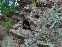 Schroffer Felsen bedeckt mit Moos und Flechte stockfotos