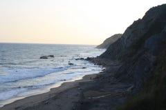 Schroffer Küstenstrand an der Dämmerung Stockfotos