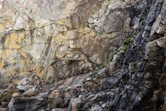 Schroffer Klippenwandhintergrund Stockbilder