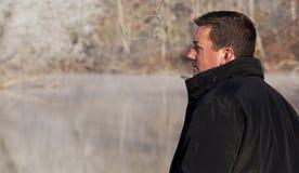Schroffer Mann in der winterlichen Landschaft Stockbild