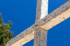 Schroffes hölzernes Kreuz Stockbild