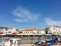Schronienia i łodzi portowy widok stary Foca, Izmir Opłata foki unosi się w morzu miasteczko ugoda wymieniał Phokaia Obraz Stock