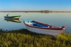 Schronienia i łodzie rybackie na brzeg Obrazy Royalty Free