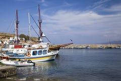 Schronienia nabrzeże w Hersonissos, Crete łodzie target1589_1_ port obrazy stock