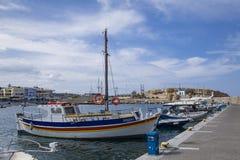 Schronienia nabrzeże w Hersonissos, port z łodziami rybackimi i żeglowanie łodziami obrazy stock