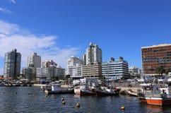 Schronienie i linia horyzontu Punta Del Este Urugwaj, Kwiecień, - 2017 obraz royalty free